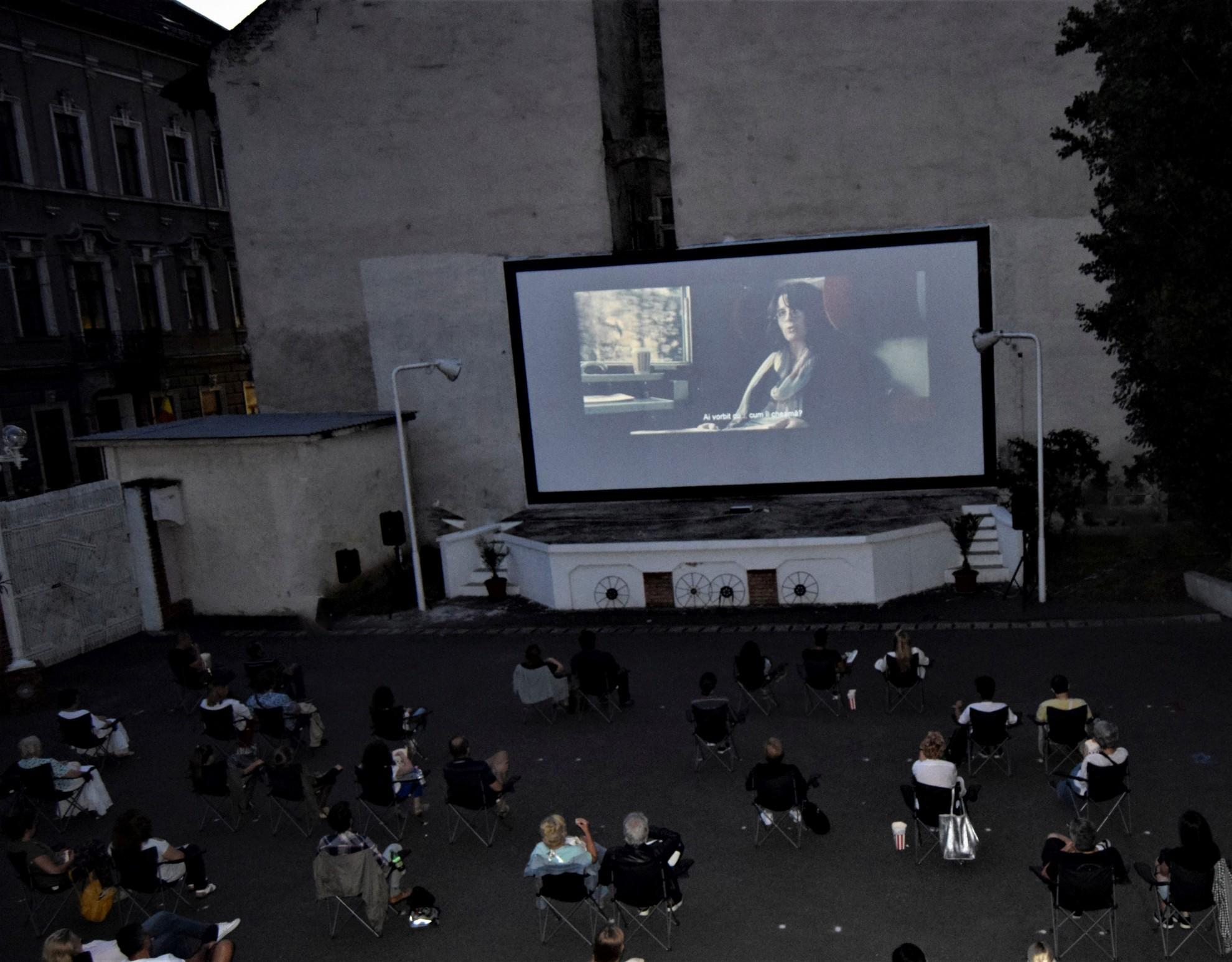 """Filmele """"Pacienții"""" și """"Scăpați de Smart"""", proiectate în grădina de vară de la Cinematograful Arta"""