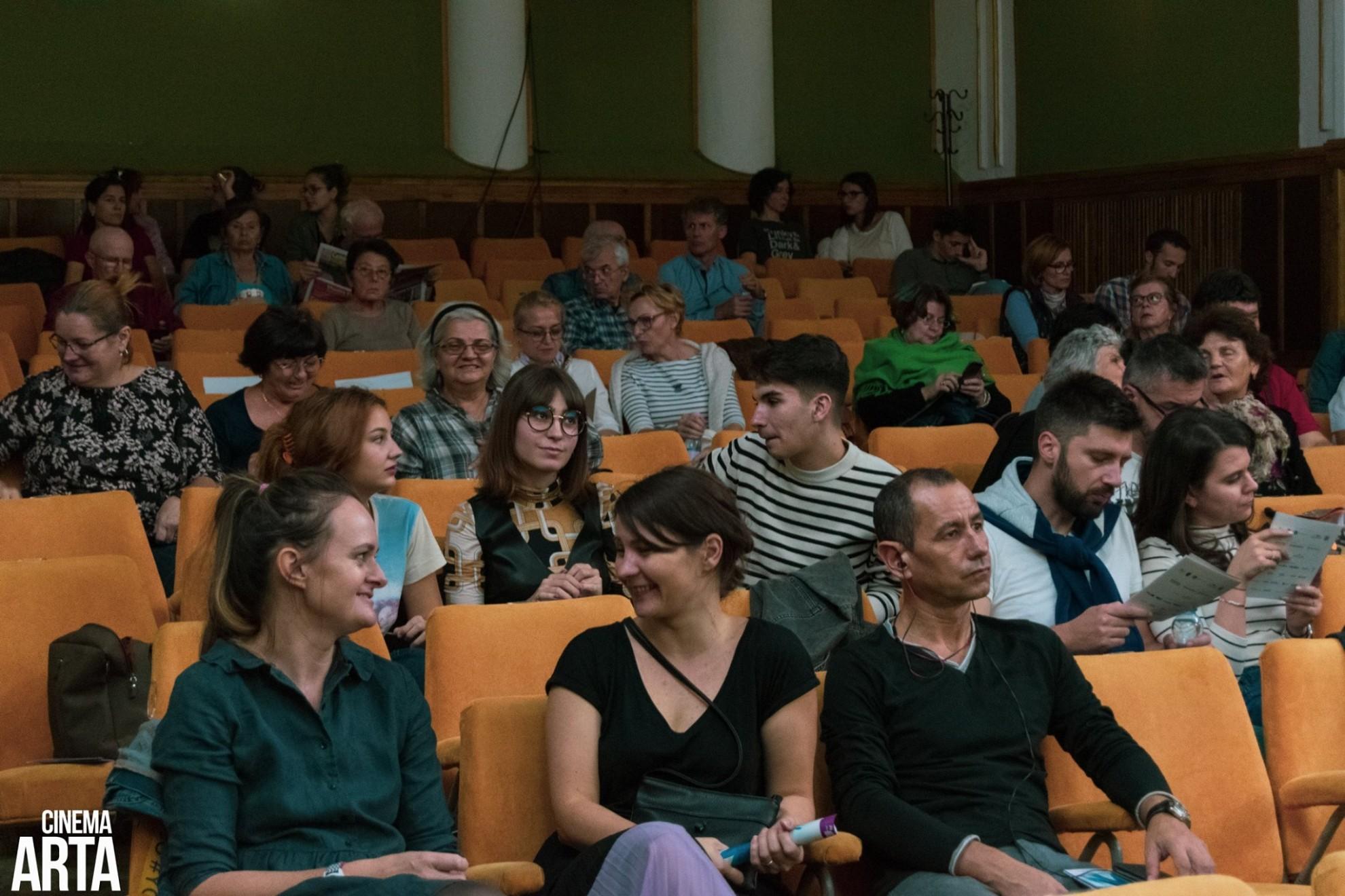 Centrul Municipal de Cultură vă propune pentru finalul acestei săptămâni două proiecții care s-au bucurat de un mare interes în rândul publicului arădean în anul 2019